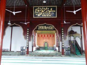 Kondisi lingkungan masjid yang waktu itu sepi mulai didatangi jama'ah muslim asal Negeri Tirai Bambu itu.