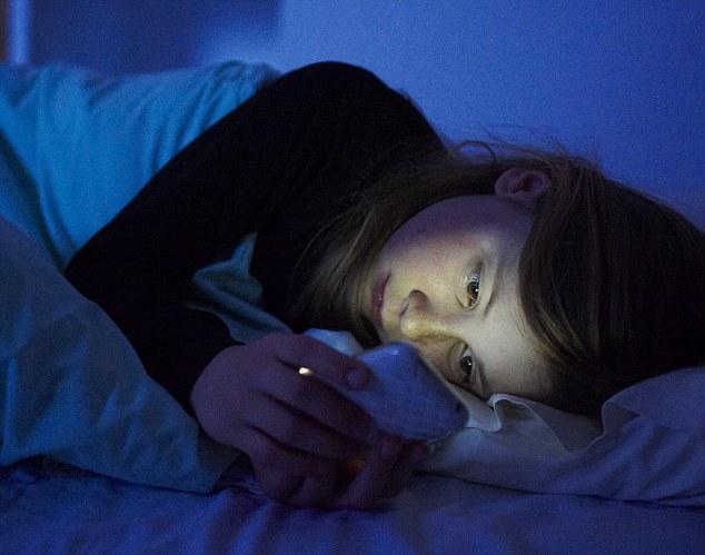 Bahaya Menggunakan Smartphone sambil tiduran