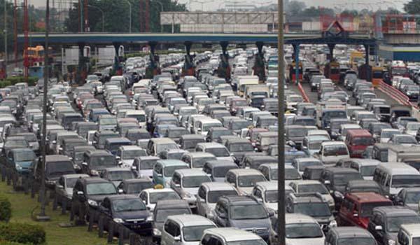 Macet, 500 kendaraan masuk Tol Cikampek-Jakarta gratis