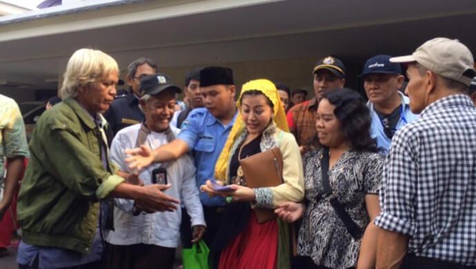 Open House Ketua DPR Di Hebohkan Wanita Emas Yang Bagi Duit