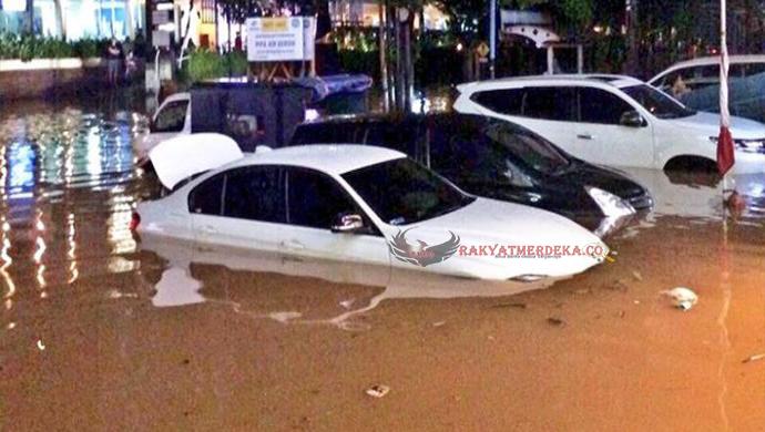Banjir Kemang Membuat Lokasi Tersebut Tak Dapat Dilalui dan Banyak Mobil Hampir Tenggelam Oleh Banjir