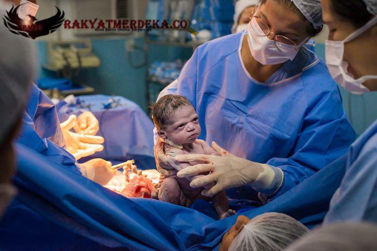 Viral, Bayi Cemberut Saat Dilahirkan !
