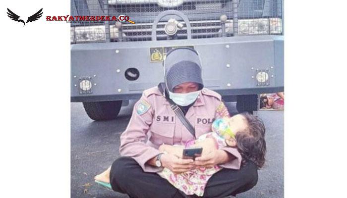 Viral Foto Polwan Jaga Kantor Bawaslu Sambil Mengasuh Anaknya