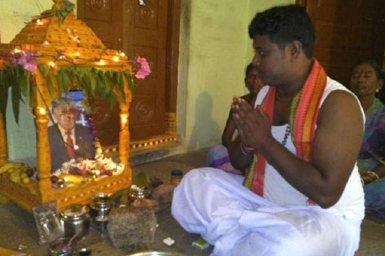 Seorang pria di India meninggal, setelah dia berdoa dan berpuasa agar Presiden AS Donald Trump segera sembuh dari Covid-19. Buss Krishna, yang dikenal sebagai pengagum berat presiden ke-34 AS