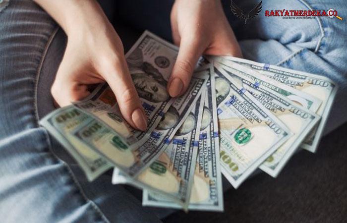 Seorang wanita asal Missouri, Amerika Serikat jadi kaya mendadaksetelah menang jackpotloteresenilai USD 100.000 atau setara Rp 1,4 miliar secara tidak sengaja.