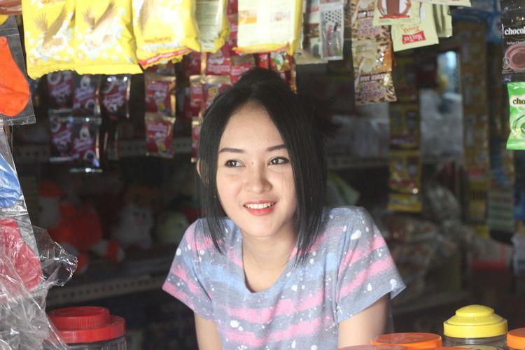 """Foto Viral Gadis Penjaga Warung Kopi Mirip """"Anya Geraldine"""", Pembeli sampai Ogah Pulang"""