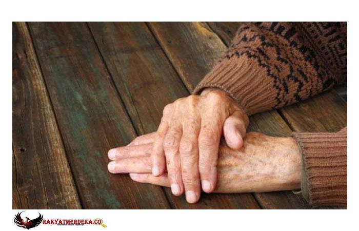 Tak Sabaran, 2 Wanita Pakai Baju Nenek-nenek Ikut Antre Covid-19